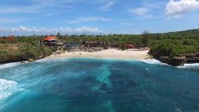 Härlig strand med lyxiga villor och semesterorter arkivfilmer