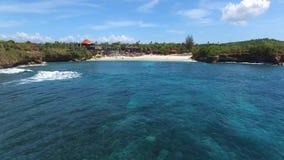 Härlig strand med lyxiga villor och semesterorter stock video
