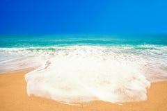 Härlig strand med mjuka vågor av det blåa havet på den sandiga stranden Tr Royaltyfri Foto