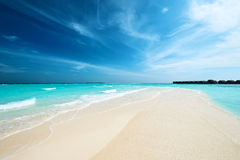 Härlig strand med sandspit på Maldiverna Fotografering för Bildbyråer
