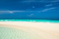 Härlig strand med sandspit på Maldiverna Royaltyfri Foto