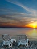 Härlig strand med solstolar Royaltyfri Bild