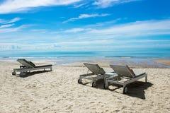 Härlig strand med stolar för kopieringsutrymme fotografering för bildbyråer