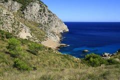 Härlig strand med turkoshavsvatten, Cala Figuera, Majorca, Spanien royaltyfri foto
