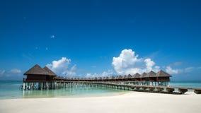 Härlig strand med vattenbungalower på Maldiverna Royaltyfria Bilder