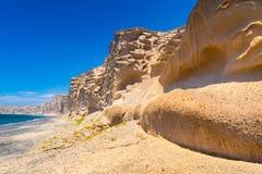 Härlig strand med vulkaniska berg Vlychada strand, Santorini ö royaltyfri fotografi