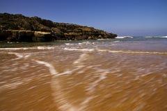 Härlig strand nära munnen av floden arkivbild