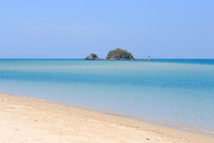 Härlig strand och frikändvatten royaltyfria foton