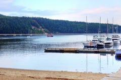 Härlig strand och hamnlandskap Arkivbild