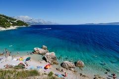 Härlig strand och hav med genomskinligt vatten Arkivfoton