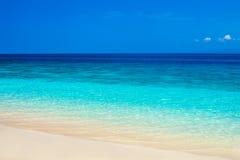 Härlig strand och tropiskt turkoshav royaltyfri foto