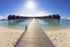 Härlig strand och vatten villa.maldives Arkivfoto