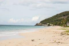 Härlig strand på antigua Arkivfoton