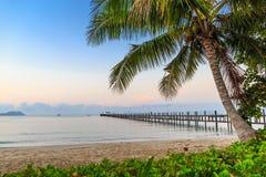 Härlig strand på den tropiska ön Royaltyfria Foton