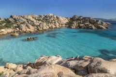 Härlig strand på fjärden av Cala Coticcio i den Caprera ön, Sardinia, Italien Arkivfoto