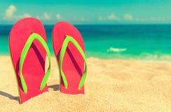 härlig strand Sätta på land sandaler på den sandiga kustsommarholidaen Royaltyfri Foto