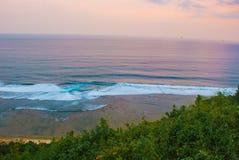 Härlig strand, sikt av havet under solnedgång Uluwatu bali indonesia Royaltyfri Fotografi