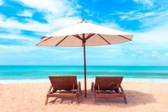 härlig strand Stolar på den sandiga stranden nära havet Sommar Arkivfoto