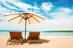härlig strand Stolar på den sandiga stranden nära havet Sommar Arkivbild