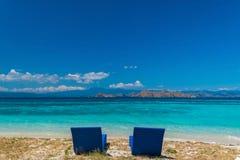 härlig strand Sunbeds med paraplyet på den sandiga stranden nära havet Royaltyfri Foto