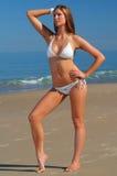 Härlig strandbikiniflicka Fotografering för Bildbyråer