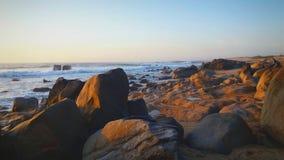 Härlig stranddag med vattnet, klipporna och sanden Royaltyfri Fotografi
