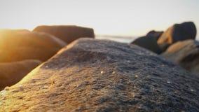 Härlig stranddag med vattnet, klipporna och sanden Royaltyfri Bild