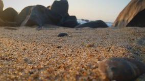 Härlig stranddag med vattnet, klipporna och sanden Fotografering för Bildbyråer
