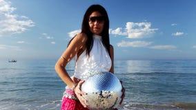 Härlig strandkvinna arkivfilmer