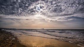 Härlig strandplats och blå molnig himmel nära Vlissingen, Zeeland, Holland, Nederländerna Arkivbilder