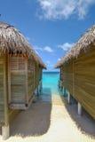 Härlig strandsemesterort över vatten med det blåa havet i Maldiverna Arkivfoton