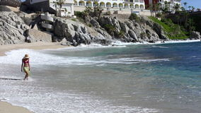 Härlig strandsunbather arkivfilmer