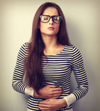Härlig stressad affärskvinna i glasögon som lider från p Royaltyfri Bild