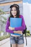 Härlig student med ryggsäcken och mappen royaltyfri fotografi