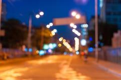 Härlig suddig stadsbakgrund på mörker Arkivfoton
