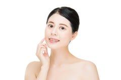 Härlig sund framsida för ung rengöring för skönhetkvinnahandlag, vitbac arkivfoto