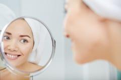 Härlig sund kvinna och reflexion i spegeln Royaltyfri Bild