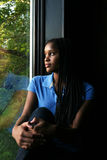 härlig svart flicka reflekterat fönster Arkivfoton