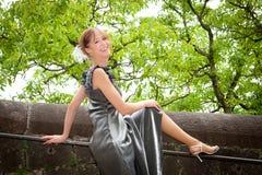härlig svart klänningståendekvinna Royaltyfri Fotografi