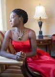 Härlig svart kvinna i vardagsrum Arkivfoto