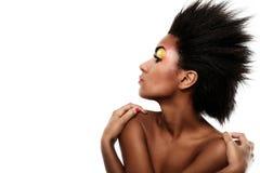Härlig svart kvinna med glansig makeup Arkivbild