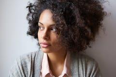 Härlig svart kvinna som bort ser Royaltyfri Bild