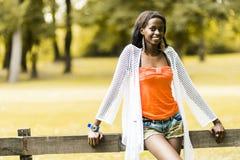Härlig svart kvinna som poserar i natur arkivfoto