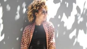 H?rlig svart kvinna som skrattar i solsken arkivfilmer