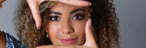 Härlig svart kvinnastående Hon satte hennes hand arkivfoto