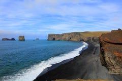 Härlig svart lavastrand i Dyrholaey Island Fotografering för Bildbyråer