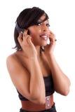 härlig svart lyssnande musik till kvinnabarn Arkivfoto