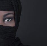 Härlig svart orientalisk kulör kvinna: ögon och skönhet Arkivfoton