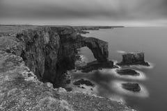 Härlig svartvit landskapbild av den gröna bron av Wa fotografering för bildbyråer