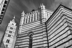Härlig svartvit sikt av en skymt av den historiska mitten av Pistoia, Tuscany, Italien royaltyfri foto